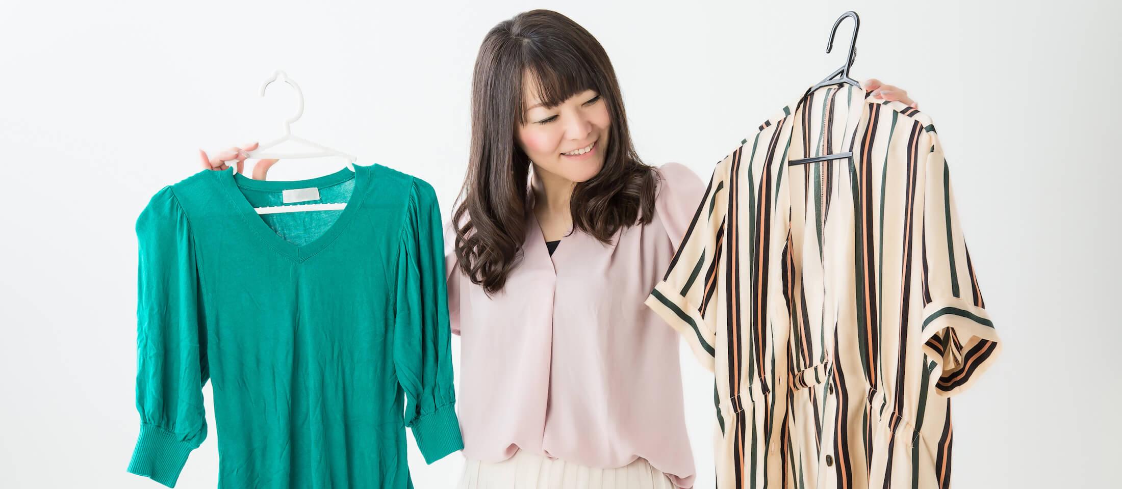 服を比べる女性